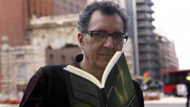 """""""El libro de papel, sin duda, es un objeto maravilloso, que a muchos nos enamora"""". Eloy Tizón"""